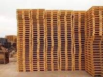 Запас новых деревянных паллетов евро Стоковое фото RF