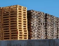 Запас новых деревянных паллетов евро Стоковое Изображение