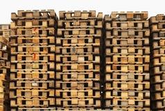 Запас старых деревянных паллетов евро на транспортной компании Стоковые Изображения