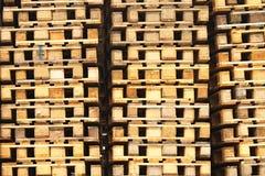 Запас старых деревянных паллетов евро на транспортной компании Стоковое Фото