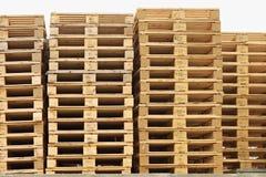 Запас старых деревянных паллетов евро на транспортной компании Стоковые Изображения RF