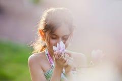 запахи девушки цветения милые Стоковые Изображения