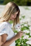 запахи маков девушки красивые стоковое изображение rf