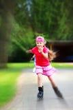 запачкайте детенышей radial девушки потехи inline outdoors катаясь на коньках Стоковые Фотографии RF