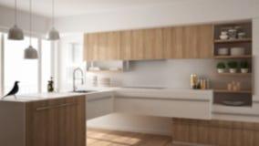 Запачкайте дизайн интерьера предпосылки, современную minimalistic деревянную кухню с полом партера, ковер и панорамное окно, белы стоковое фото rf