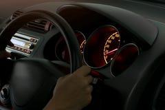 Запачкайте изображение человека руки на вагоне управления колеса стоковые фото