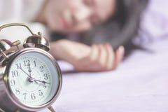 Запачкайте предпосылку азиатской женщины спать в кровати стоковые изображения