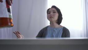 Запачканная азиатская маленькая девочка присягает, бутылка спирта, конфликта в семье, женщины мужского кулака испуганной азиатско видеоматериал