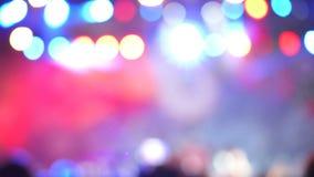 Запачканная версия Группа в составе жизнерадостные активные excited люди танцуя на музыкальном концерте цветастые света акции видеоматериалы