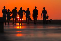 Запачканная группа в составе силуэтов подростки на доке Стоковое фото RF