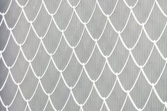 Запачканная загородка белого металла с видами решетки стоковое фото