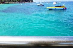 Запачканная предпосылка моря с пустой алюминиевой загородкой как передний план стоковые фотографии rf