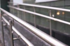 запачканная предпосылка Поручни металла ровные Стена здания стоковое фото