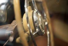 Запачканная предпосылка - рулевое колесо винтажного автомобиля стоковые фотографии rf