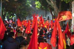 Запачканная предпосылка толпы въетнамских футбольных болельщиков вниз с улицы для того чтобы отпраздновать выигрыш после футбола, Стоковые Изображения