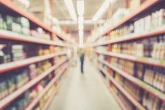 Запачканная предпосылка: Тайские люди shoping в магазине супермаркета Стоковые Фото