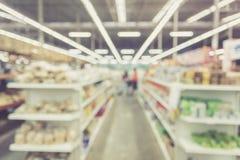 Запачканная предпосылка: Тайские люди shoping в магазине супермаркета Стоковые Фотографии RF