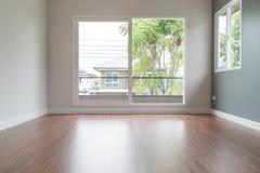 запачканная пустая дверь в предпосылке интерьера живущей комнаты Стоковое Изображение RF