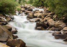 Запачканная съемка движения простая реки горы Стоковые Изображения