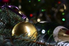 Запачканная текстура предпосылки рождества, рождественская елка, шарики, свет Стоковые Фотографии RF