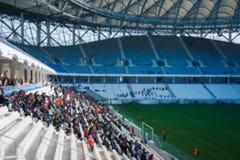 Запачканная толпа зрителей на стадионе стоковые изображения