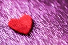 Запачканная ультрафиолетов предпосылка с сердцем войлока красного цвета Концепция открытки дня свадьбы и валентинки Стоковое Изображение