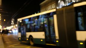 Запачканная шина на улице на ноче сток-видео