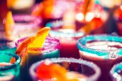 Запачканная яркая неоновая предпосылка стекел коктейля стоковое фото