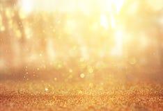 Запачканное абстрактное фото света разрывало среди деревьев и светов bokeh яркого блеска Стоковые Изображения RF