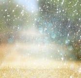 Запачканное абстрактное фото света разрывало среди rtees и светов bokeh яркого блеска фильтрованное изображение и текстурированны Стоковые Фото