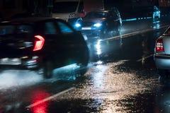 Запачканное автомобильное движение во время ненастной ночи в городе Стоковое Изображение RF