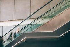 Запачканное движение людей на эскалаторе Стоковое Фото