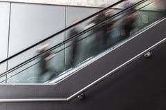 Запачканное движение людей на эскалаторе Стоковое Изображение