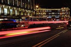 Запачканное движение ночи Свет отстает на дороге на ноче на перспективе Kamennoostrovskiy в Санкт-Петербурге, России Стоковая Фотография RF