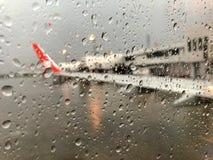 Запачканное изображение взлётно-посадочная дорожка которое идет дождь снаружи стоковая фотография