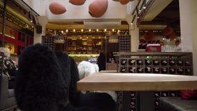 Запачканное изображение интерьера грузинского уютного ресторана с открытым космосом официантки и гостей на столешнице видеоматериал