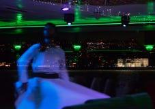 Запачканное отражение в стекле завихряясь дервиша на предпосылке ночи Стамбула стоковые фото