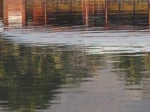 Запачканное отражение дома на воде стоковая фотография