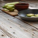 Запачканное фоновое изображение Концепция: вегетарианская еда, здоровая еда Еда Seth здоровая Цукини, специи, оливковое масло на  Стоковое Фото