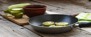 Запачканное фоновое изображение Концепция: вегетарианская еда, здоровая еда Еда Seth здоровая Цукини, специи, оливковое масло на  Стоковые Изображения