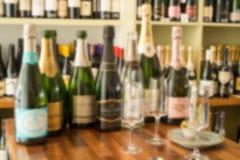 Запачканное фото пустых и неоткрытых бутылок вина Стоковая Фотография