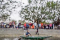 Запачканное фото, defocus или из фокуса много люди к ждать доске шлюпка на Ханое, Вьетнаме стоковые изображения