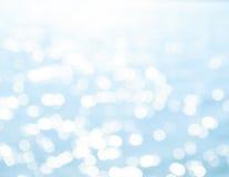Запачканное Bokeh отражения в голубом море стоковые фотографии rf