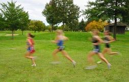 запачканные бегунки девушок креста страны Стоковое фото RF