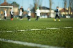 Запачканные дети играя футбол Стоковые Фотографии RF