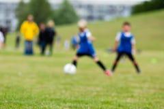 Запачканные дети на тангаже футбола Стоковые Фотографии RF