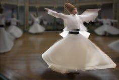 Запачканные завихряясь дервиши практикуют их танец Стоковое фото RF
