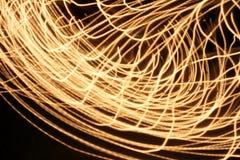 Запачканные конспектом цепи световых маяков свирли на темной предпосылке Стоковые Фотографии RF