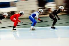 запачканные конькобежцы движения состязаются в старте массы женщин Стоковые Изображения RF