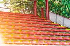 Запачканные красные пустые места стадиона в арене стоковое изображение